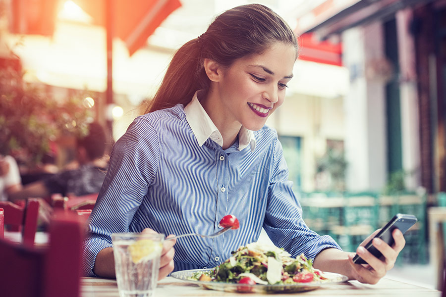 1 in 4 employees search for jobs during lunch breaks
