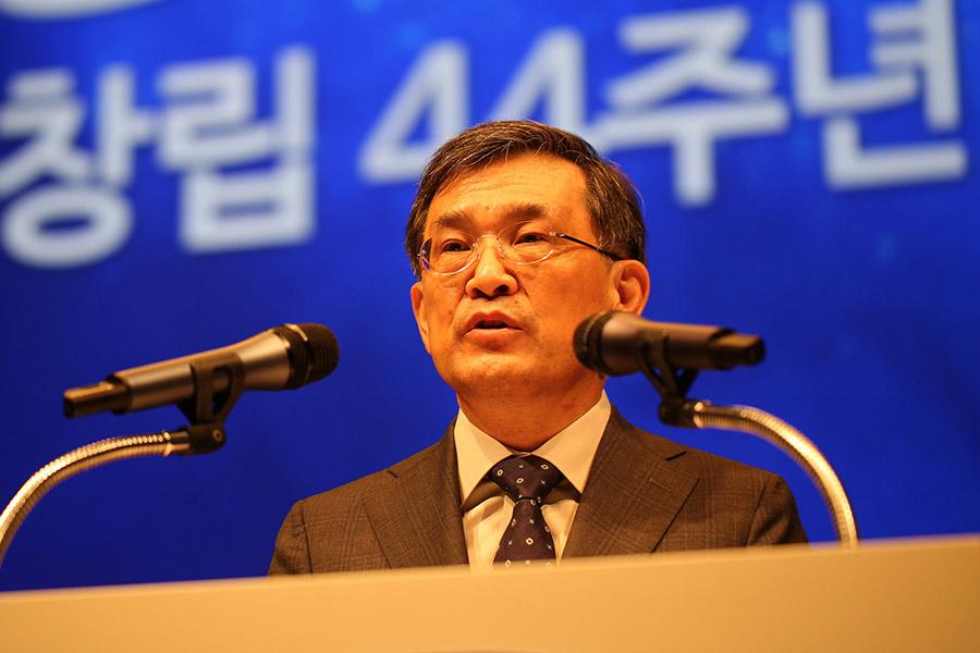 Samsung CEO steps down amidst 'unprecedented crisis'
